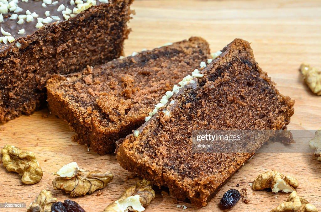 Schokoladenkuchen mit Köstlichkeiten auf Holztisch. : Stock-Foto