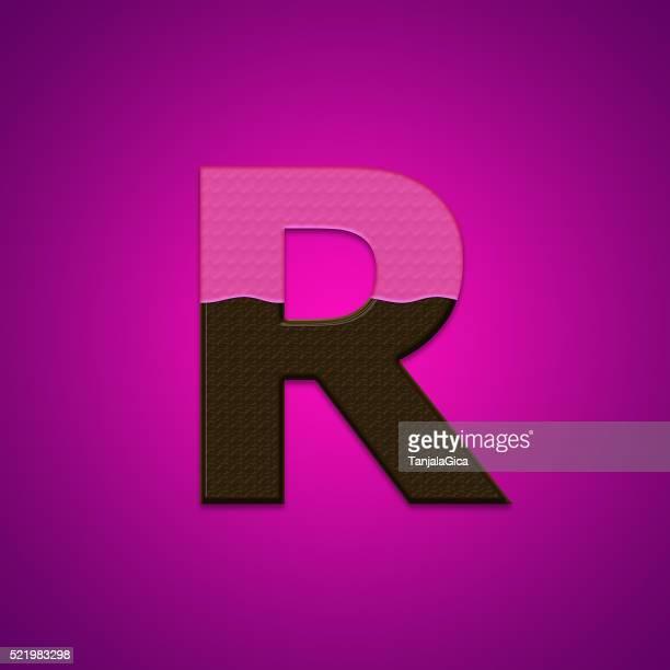 R lettres de bonbons au chocolat isolé sur fond rose