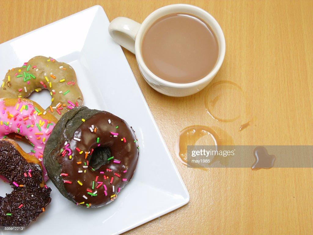 donuts de chocolate num prato em fundo de madeira : Foto de stock