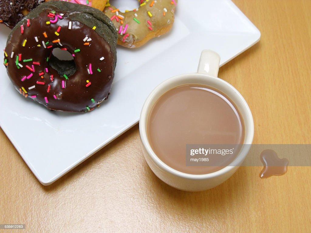 donuts en una placa de chocolate sobre fondo de madera : Foto de stock