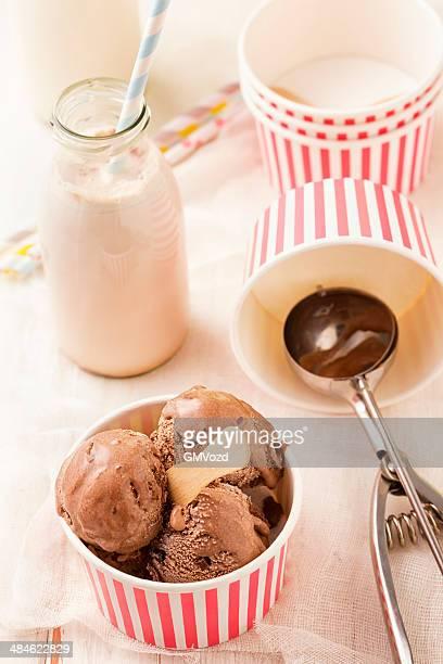 チョコレートのアイスクリームの紙コップ