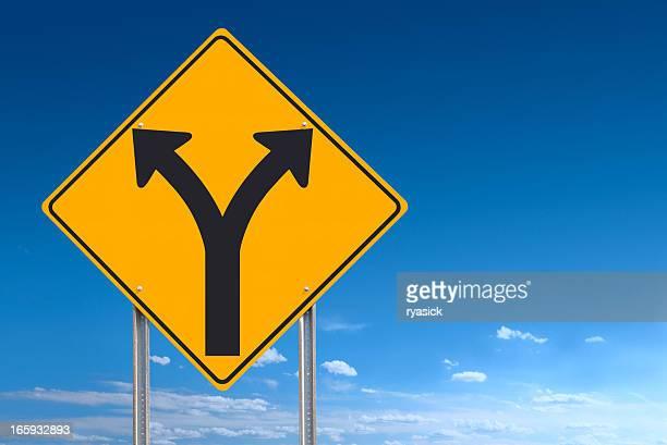 Elección o división adelante señal después sobre cielo azul