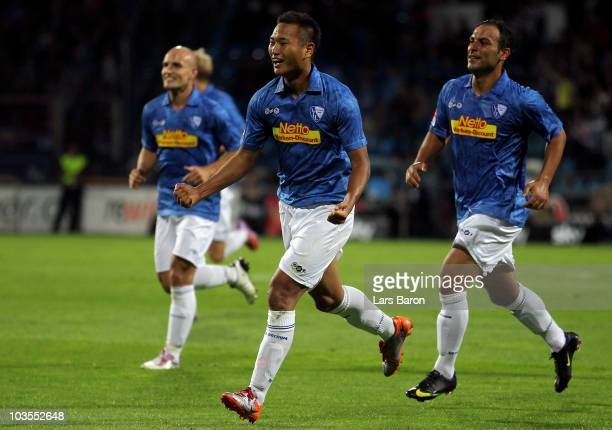 Chong Tese of Bochum celebrates with team mates after scoring his teams second goal during the Second Bundesliga match between VfL Bochum and TSV...