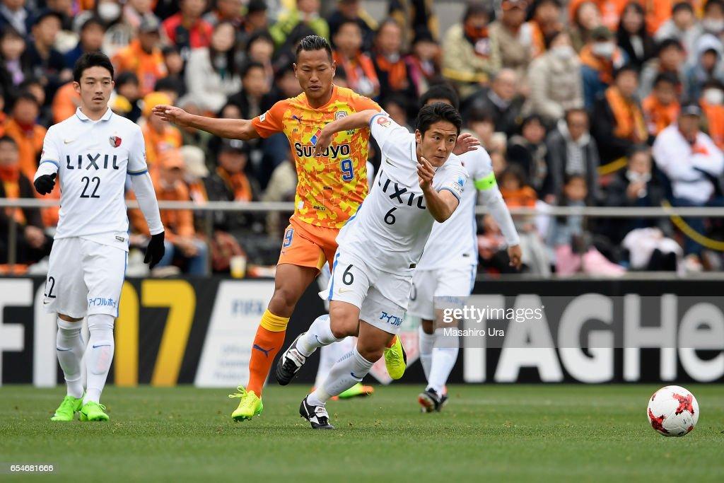 Chong Tese of Shimizu S-Pulse and Ryota Nagaki of Kashima Antlers compete for the ball during the J.League J1 match between Shimizu S-Pulse and Kashima Antlers at IAI Stadium Nihondaira on March 18, 2017 in Shizuoka, Japan.