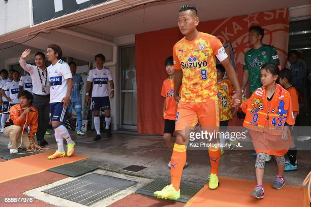 Chong Tese of Shimizu SPulse leads the team prior to the JLeague J1 match between Shimizu SPulse and Yokohama FMarinos at IAI Stadium Nihondaira on...