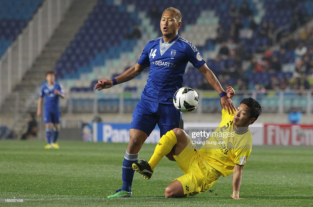 Chong Te-Se of Suwon Bluewings tussles for possession with Masato Fujita of Kashiwa Reysol during the AFC Champions League Group H match between Suwon Bluewings and Kashiwa Reysol at Suwon World Cup Stadium on April 3, 2013 in Suwon, South Korea.