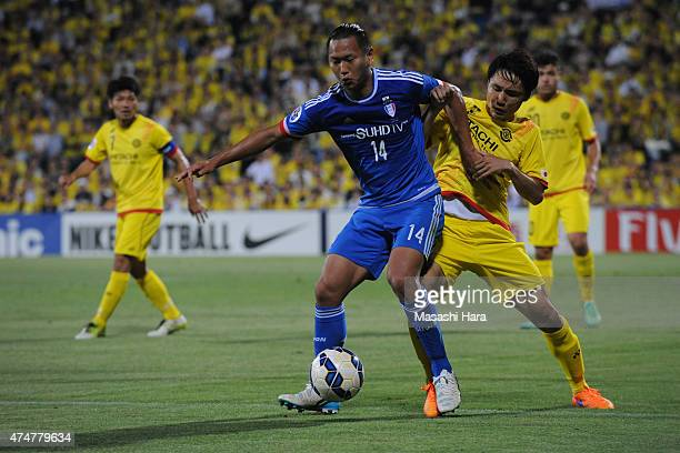 Chong Tese of Suwon Samsung and Akimi Barada of Kashiwa Reysol compete for the ball during the AFC Champions League Round of 16 match between Kashiwa...