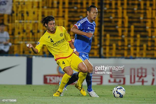 Chong Tese of Suwon Samsung and Daisuke Suzuki of Kashiwa Reysol compete for the ball during the AFC Champions League Round of 16 match between...