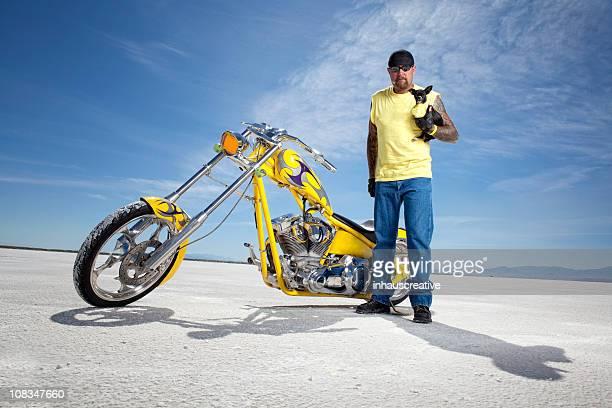Motorrad Fahrer und seine großen Hund