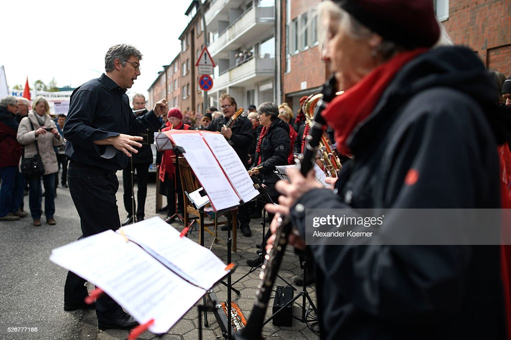 A chor sings beside protestors who participate in the German Confederation of Trade Unions (DGB - Deutscher Gewerkschaftsbund) march on May Day on May 1, 2016 in Hamburg, Germany. Tens of thousands of people across Germany are expected to participate in marches and gatherings by labor unions.