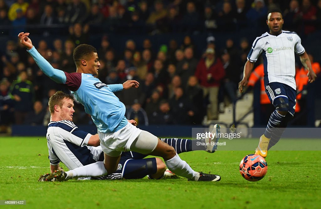 <a gi-track='captionPersonalityLinkClicked' href=/galleries/search?phrase=Chris+Brunt&family=editorial&specificpeople=809047 ng-click='$event.stopPropagation()'>Chris Brunt</a> of West Bromwich Albion beats Andrai Jones of Gateshead to score their fifith goal during the FA Cup Third Round match between West Bromwich Albion and Gateshead at The Hawthorns on January 3, 2015 in West Bromwich, England.