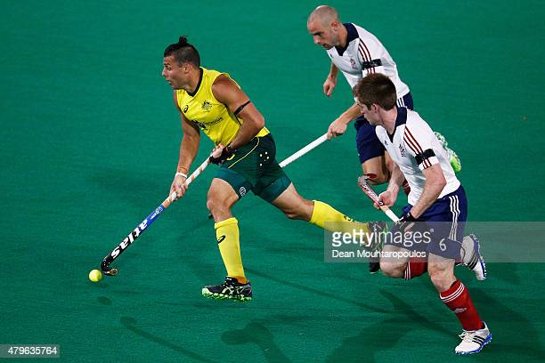 Chris Ciriello of Australia gets past Nick Catlin and Henry Weir of Great Britain during the Fintro Hockey World League SemiFinal match between...