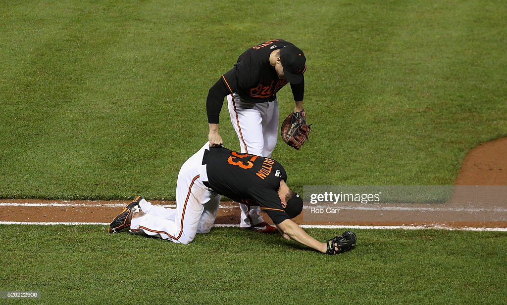 <a gi-track='captionPersonalityLinkClicked' href=/galleries/search?phrase=Chris+Davis+-+Amerikansk+basebollspelare&family=editorial&specificpeople=7129264 ng-click='$event.stopPropagation()'>Chris Davis</a> #19 of the Baltimore Orioles helps up pitcher <a gi-track='captionPersonalityLinkClicked' href=/galleries/search?phrase=Zach+Britton&family=editorial&specificpeople=7091505 ng-click='$event.stopPropagation()'>Zach Britton</a> #53 after Britton tagged out a runner for the last out of the ninth inning during the Orioles 6-3 win over the Chicago White Sox at Oriole Park at Camden Yards on April 29, 2016 in Baltimore, Maryland.