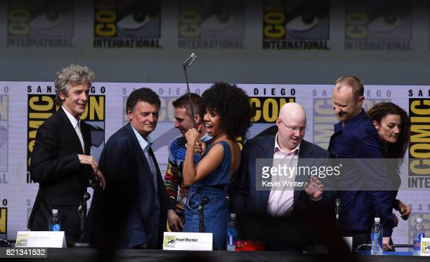 Chris Hardwick Peter Capaldi Steven Moffat Pearl Mackie Matt Lucas Michelle Gomez and Mark Gatiss take a selfie at 'Doctor Who' BBC America official...