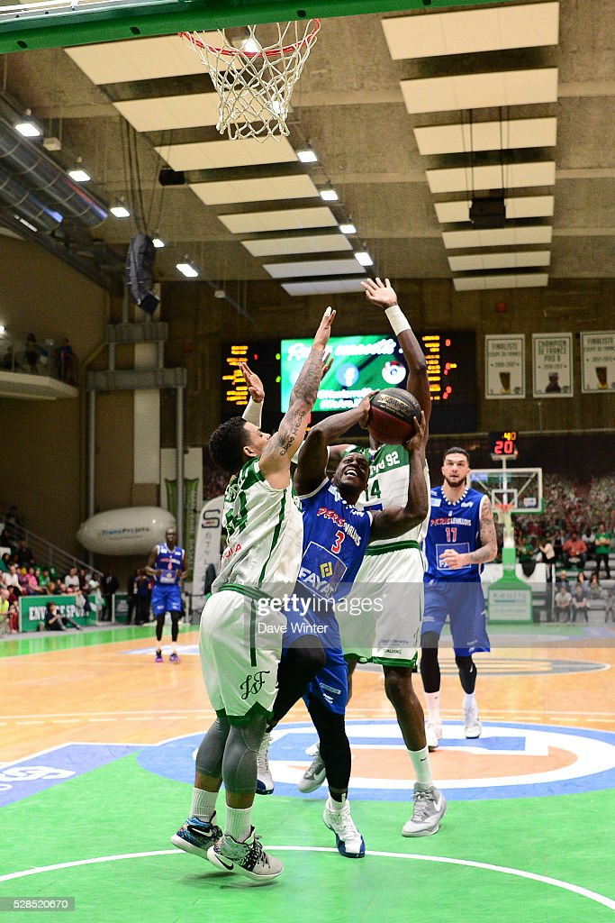 Chris Jones of Paris Levallois (centre) tries to squeeze between TJ Campbell of Nanterre (left) and Mouhammadou Jaiteh of Nanterre (right) during the basketball French Pro A League match between Nanterre and Paris Levallois on May 5, 2016 in Nanterre, France.