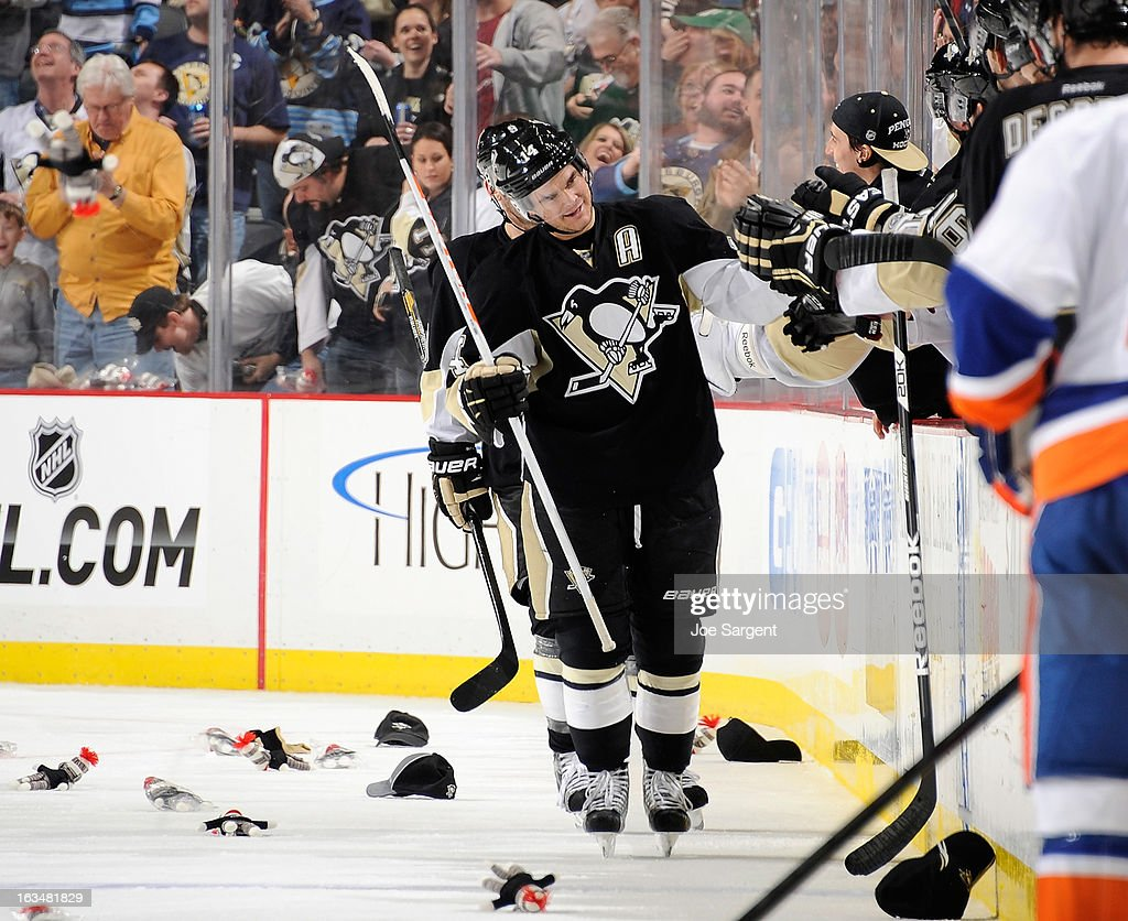 <a gi-track='captionPersonalityLinkClicked' href=/galleries/search?phrase=Chris+Kunitz&family=editorial&specificpeople=604159 ng-click='$event.stopPropagation()'>Chris Kunitz</a> #14 of the Pittsburgh Penguins celebrates his hat trick goal with the bench during the second period against the New York Islanders on March 10, 2013 at Consol Energy Center in Pittsburgh, Pennsylvania.