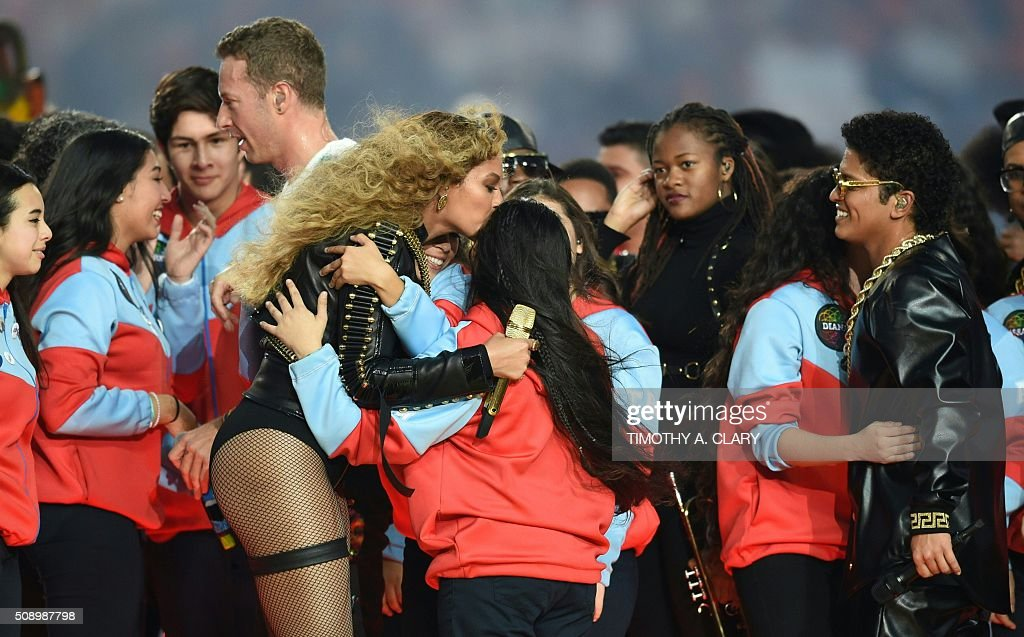 Chris Martin, Beyonce and Bruno Mars greet performers after the halftime show during Super Bowl 50 between the Carolina Panthers and the Denver Broncos at Levi's Stadium in Santa Clara, California, on February 7, 2016. / AFP / TIMOTHY A. CLARY