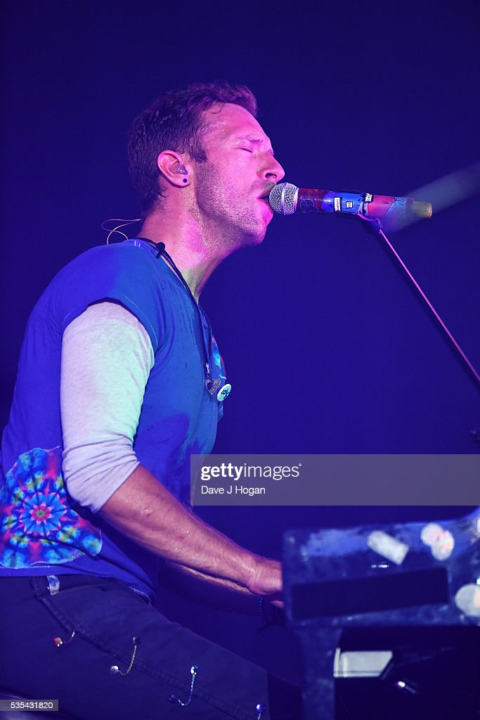 <a gi-track='captionPersonalityLinkClicked' href=/galleries/search?phrase=Chris+Martin+-+M%C3%BAsico&family=editorial&specificpeople=4468181 ng-click='$event.stopPropagation()'>Chris Martin</a> of Coldplay performs during day 2 of BBC Radio 1's Big Weekend at Powderham Castle on May 29, 2016 in Exeter, England.