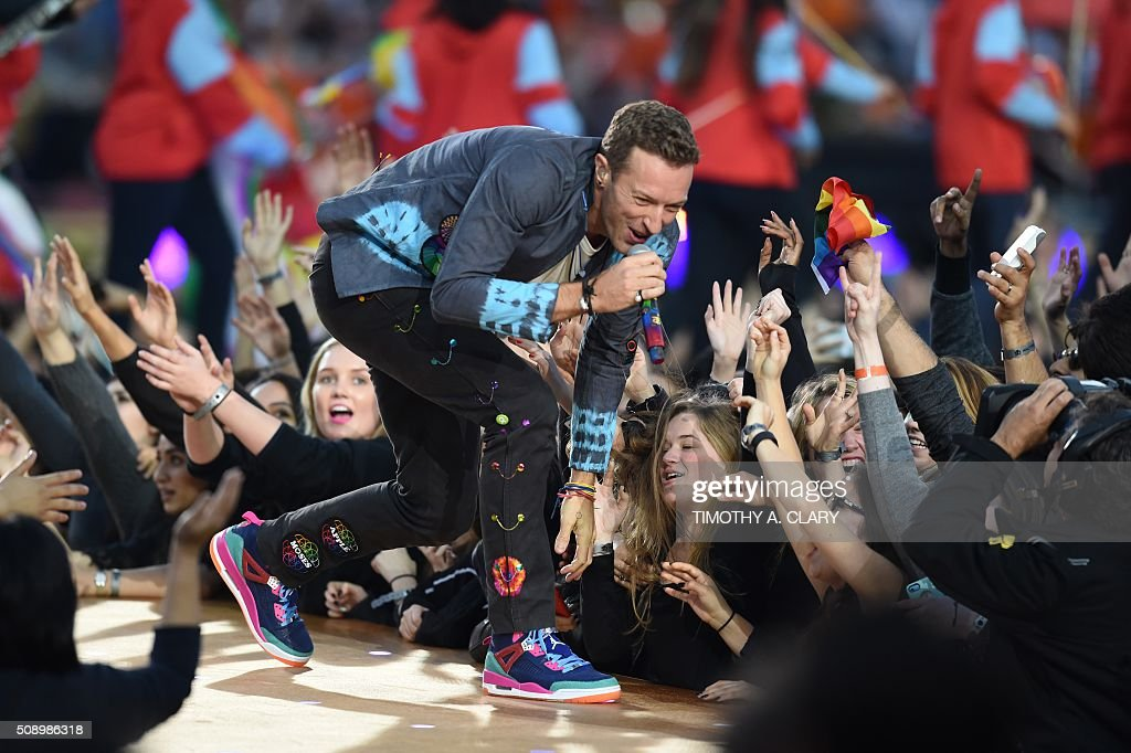 Chris Martin of Coldplay performs during Super Bowl 50 between the Carolina Panthers and the Denver Broncos at Levi's Stadium in Santa Clara, California February 7, 2016. / AFP / TIMOTHY A. CLARY
