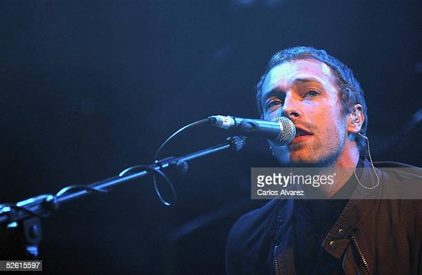 Chris Martin of Coldplay performs on stage presenting their new album 'XY' at the Pacha Club on April 11 2005 in Madrid Spain