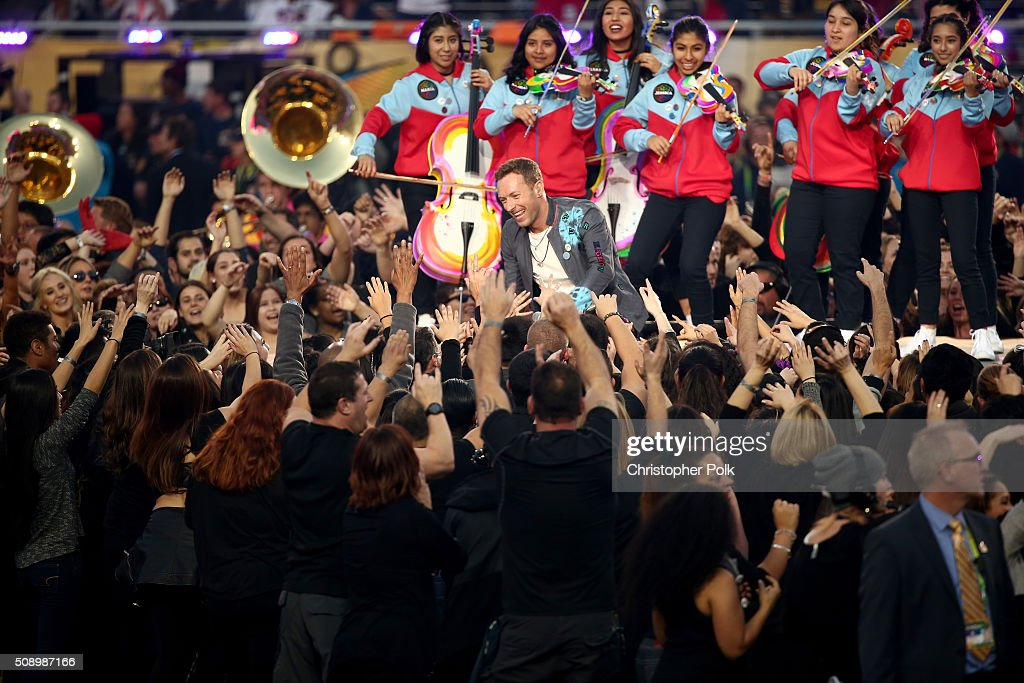 <a gi-track='captionPersonalityLinkClicked' href=/galleries/search?phrase=Chris+Martin+-+Muzikant&family=editorial&specificpeople=4468181 ng-click='$event.stopPropagation()'>Chris Martin</a> of Coldplay performs onstage during the Pepsi Super Bowl 50 Halftime Show at Levi's Stadium on February 7, 2016 in Santa Clara, California.