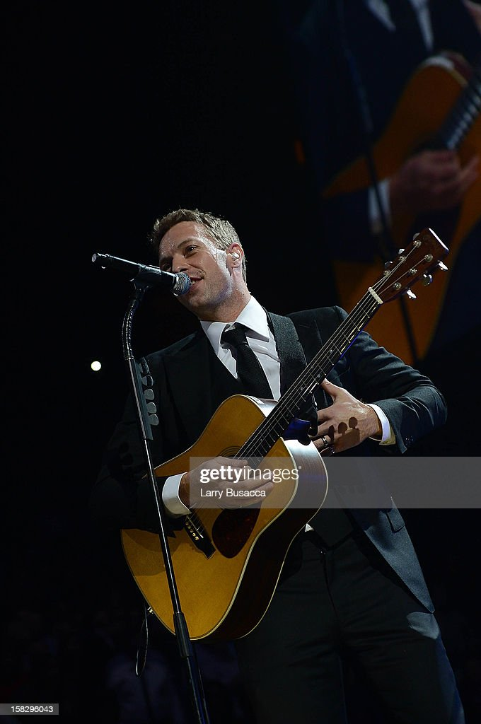 <a gi-track='captionPersonalityLinkClicked' href=/galleries/search?phrase=Chris+Martin+-+Muzikant&family=editorial&specificpeople=4468181 ng-click='$event.stopPropagation()'>Chris Martin</a> performs at '12-12-12' a concert benefiting The Robin Hood Relief Fund to aid the victims of Hurricane Sandy presented by Clear Channel Media & Entertainment, The Madison Square Garden Company and The Weinstein Company at Madison Square Garden on December 12, 2012 in New York City.