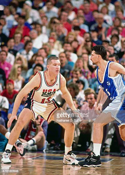 Chris Mullin of the US Mens Olympic Basketball Team guards his position during a game circa 1992 during the 1992 Summer Olympics at Pavelló Olímpic...