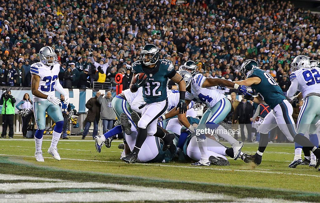 Chris Polk #32 of the Philadelphia Eagles scores a touchdown against the Dallas Cowboys at Lincoln Financial Field on December 14, 2014 in Philadelphia, Pennsylvania.