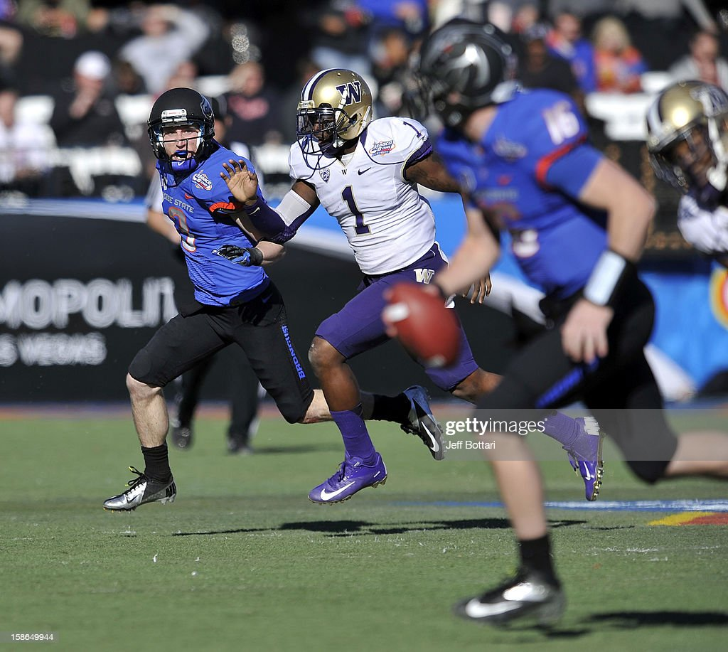 Chris Potter of the Boise State Broncos looks for a pass from teammate Joe Southwick against Sean Parker of the Washington Huskies during the MAACO...