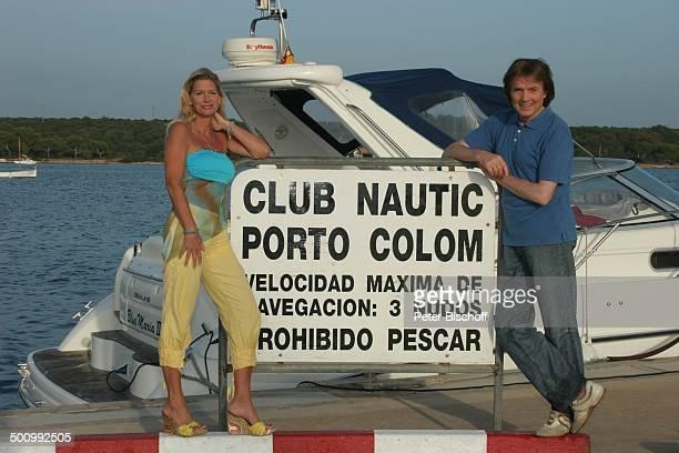 Chris Roberts Ehefrau Claudia Roberts Urlaub Puerto Colom/Mallorca/Spanien Balearen Schild Boot Meer Sänger Sängerin Ehemann Familie Schlagersänger...