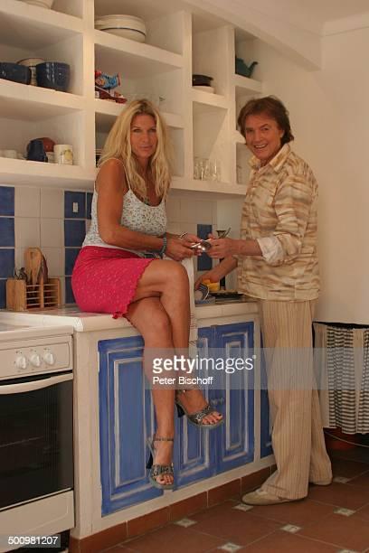Chris Roberts Ehefrau Claudia Roberts Urlaub Puerto Colom/Mallorca/Spanien Balearen Appartement Sänger Sängerin Ehemann Familie Küche Geschirr spülen...