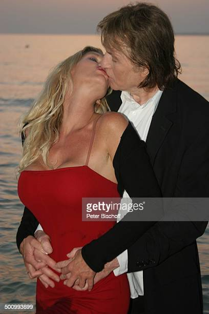 Chris Roberts Ehefrau Claudia Roberts Urlaub Strand Es Trenc/Mallorca/Spanien Balearen Meer Mittelmeer Abendgarderobe Smoking Abendkleid umarmen Kuss...