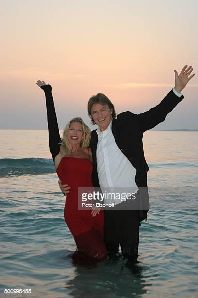 Chris Roberts Ehefrau Claudia Roberts Urlaub Strand Es Trenc/Mallorca/Spanien Balearen Meer Mittelmeer Abendgarderobe Smoking umarmen Abendkleid...