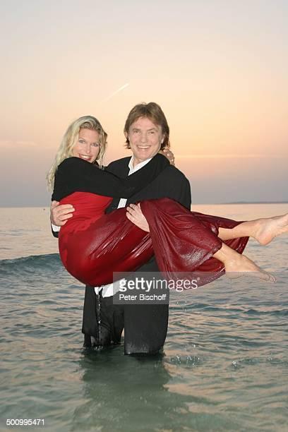 Chris Roberts Ehefrau Claudia Roberts Urlaub Strand Es Trenc/Mallorca/Spanien Balearen Meer Mittelmeer Abendgarderobe Smoking Abendkleid umarmen...