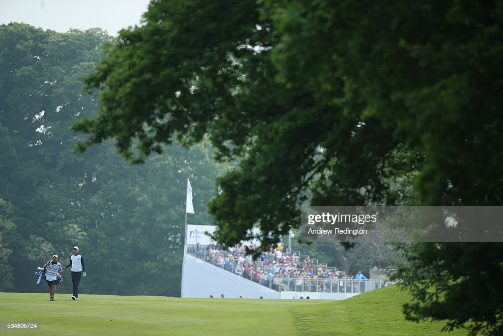 <a gi-track='captionPersonalityLinkClicked' href=/galleries/search?phrase=Chris+Wood+-+Jugador+de+golf&family=editorial&specificpeople=4601133 ng-click='$event.stopPropagation()'>Chris Wood</a> of England walks down the 1st hole during day three of the BMW PGA Championship at Wentworth on May 28, 2016 in Virginia Water, England.