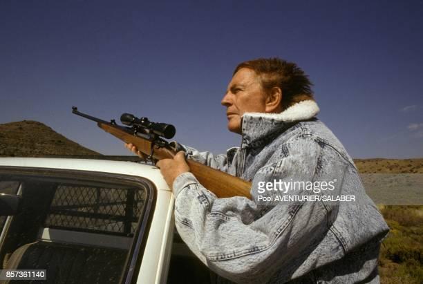 Christian Barnard le celebre chirurgien du coeur arme d'un fusil a lunette pendant un safari le 20 aout 1988 en Afrique du Sud