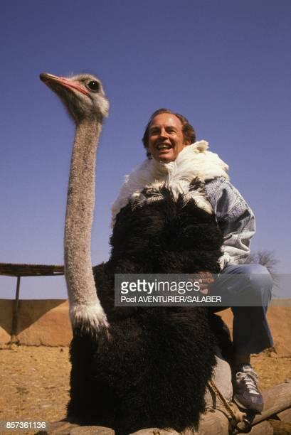 Christian Barnard le celebre chirurgien du coeur sur le dos d'une autruche pendant un safari le 20 aout 1988 en Afrique du Sud