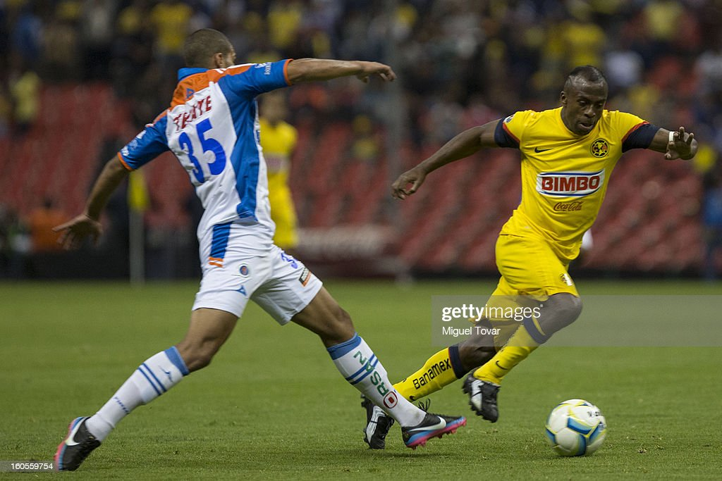 Christian Benitez of America fights for the ball with Oswaldo Henriquez of Queretaro during a Clausura 2013 Liga MX match at Azteca Stadium on February 02, 2013 in Mexico City, Mexico.