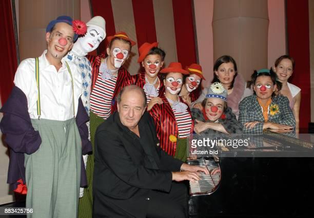 Christian Berg der MusicalAutor als Clown Pipo und Komponist Ralph Siegel am Klavier mit Darstellern ihres Musicals 'Lachen Die Zeit der Clowns' beim...
