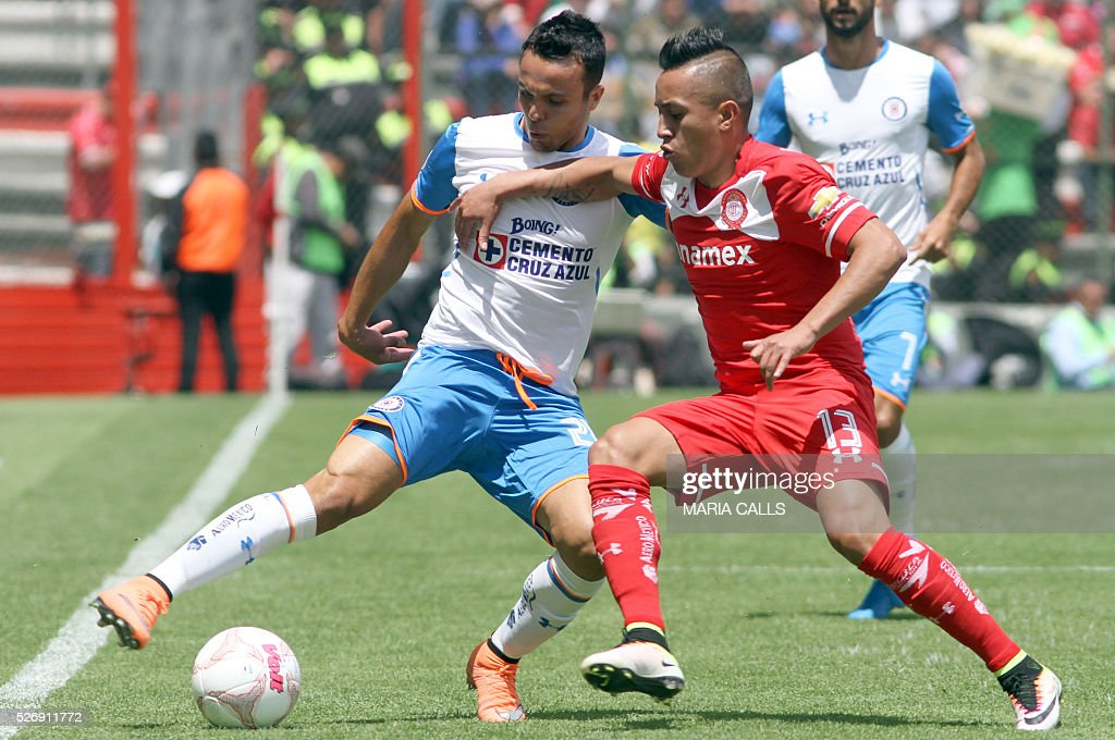 Christian Cueva (R) of Toluca vies for the ball with Omar Mendoza (L) of Cruz Azul during their Mexican Clausura 2016 football tournament match at Nemesio Diez stadium on May 1, 2016, in Toluca, Mexico. / AFP / MARIA