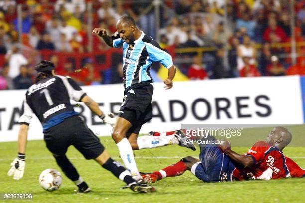 Christian del Gremio de Brasil disputa el balon con Felipe Baloy y el arquero David Gonzalez del Deportivo Independiente Medellin el 29 de mayo de...