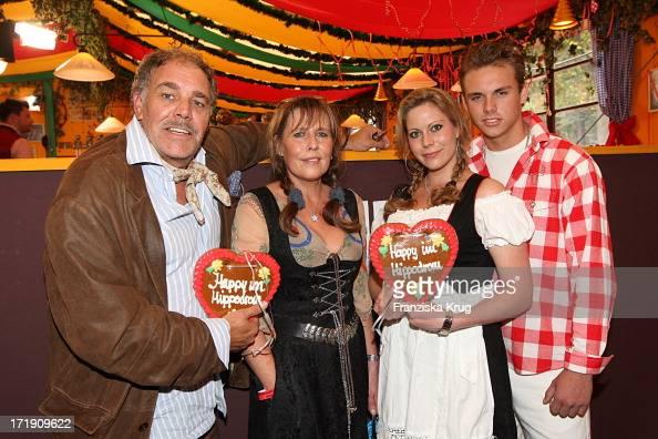 Christian Kohlund Und Ehefrau Elke Mit Sohn Luca Und Tochter Francesca Beim Oktoberfest Im Hippodrom Festzelt In München Am 190909