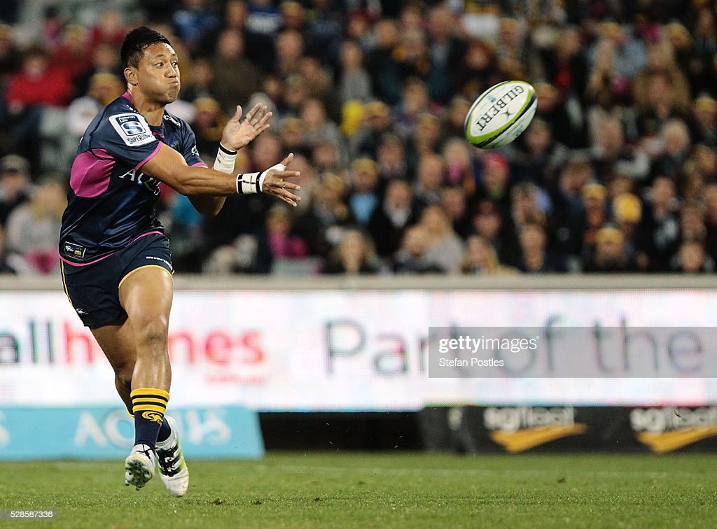 <a gi-track='captionPersonalityLinkClicked' href=/galleries/search?phrase=Christian+Lealiifano&family=editorial&specificpeople=603579 ng-click='$event.stopPropagation()'>Christian Lealiifano</a> of the Brumbies passes the ball during the round 11 Super Rugby match between the Brumbies and the Bulls at GIO Stadium on May 6, 2016 in Canberra, Australia.