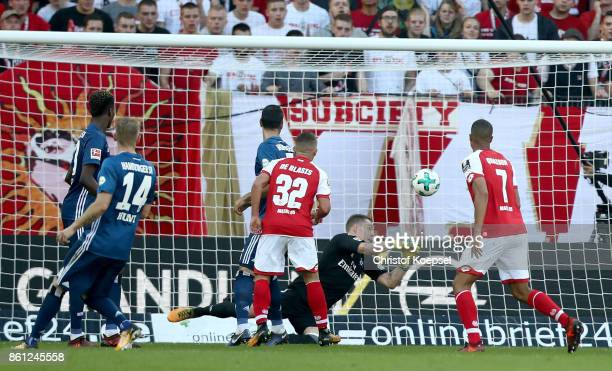 Christian Mathenia of Hamburger SV gest the thrid goal by Danny Latza of Mainz during the Bundesliga match between 1 FSV Mainz 05 and Hamburger SV at...