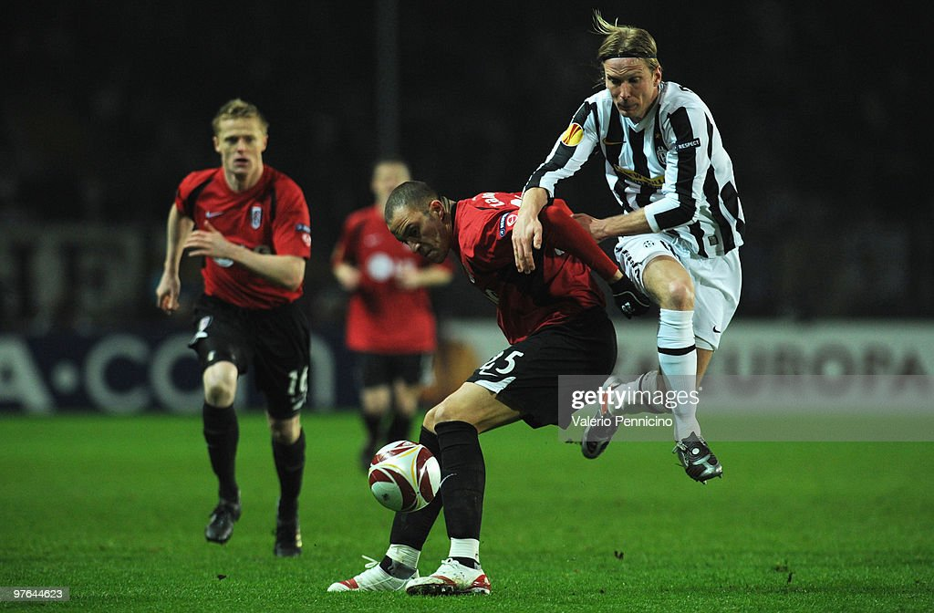 <a gi-track='captionPersonalityLinkClicked' href=/galleries/search?phrase=Christian+Poulsen&family=editorial&specificpeople=228068 ng-click='$event.stopPropagation()'>Christian Poulsen</a> of Juventus FC battles for the ball with <a gi-track='captionPersonalityLinkClicked' href=/galleries/search?phrase=Bobby+Zamora&family=editorial&specificpeople=207020 ng-click='$event.stopPropagation()'>Bobby Zamora</a> of Fulham FC during the UEFA Europa League last 16, first leg match between Juventus FC and Fulham FC on March 11, 2010 in Turin, Italy.