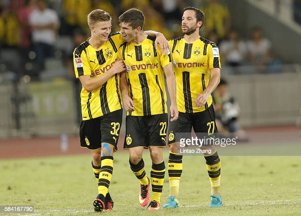 Christian Pulisic of Borussia Dortmund celebrates with team mate Gonzalo Castro celebrates after he scores the first goal during the 2016...