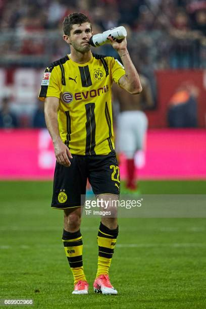 Christian Pulisic of Dortmund looks dejected during the Bundesliga match between Bayern Muenchen and Borussia Dortmund at Allianz Arena on April 8...