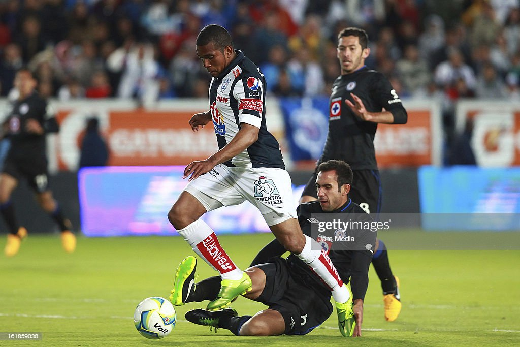 Christian Suarez of Pachuca struggles for the ball with Alejandro Castro of Cruz Azul during the Clausura 2013 Liga MX at Hidalgo Stadium on February 16, 2013 in Pachuca, Mexico.