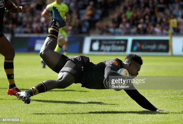 Christian Wade of Wasps scores a try during the Aviva Premiership match between Wasps and Sale Sharks at The Ricoh Arena on September 2 2017 in...