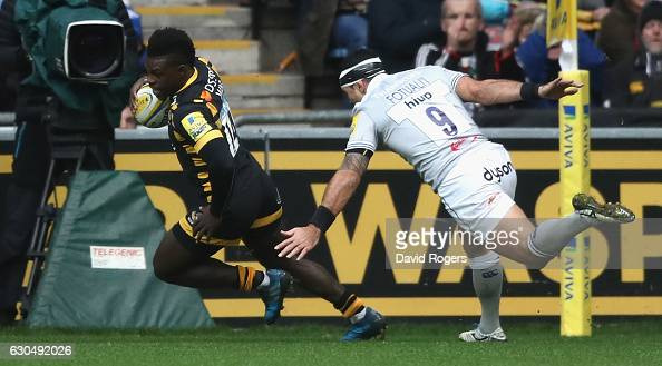 Christian Wade of Wasps scores his first try during the Aviva Premiership match between Wasps and Bath Rugby at The Ricoh Arena on December 24 2016...